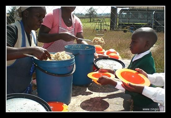 ... buï ta nebo fufu (africká kaše z mouky - vìtšinou kukuøièné) jsou základem jejich obìdù...